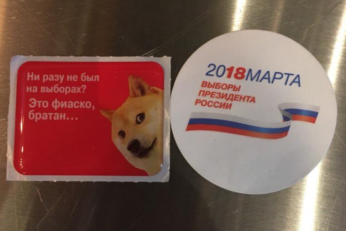 В торговых центрах волонтеры раздают петербуржцам наклейки с мемом «Это фиаско, братан» и призывом идти на выборы