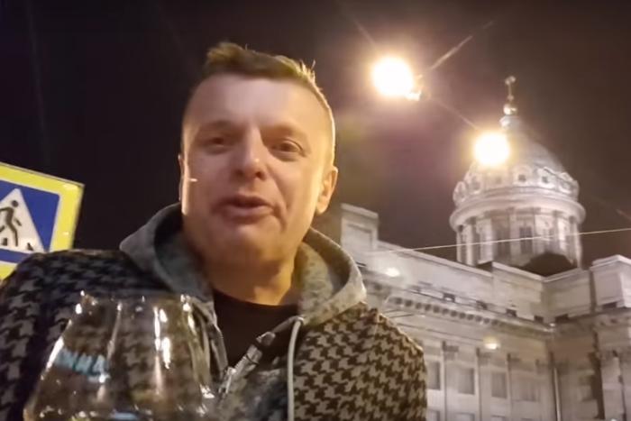 Парфенов в новом выпуске своего ютьюб-шоу прогулялся по Петербургу с бокалом вина и рассказал о российском «двустоличии»