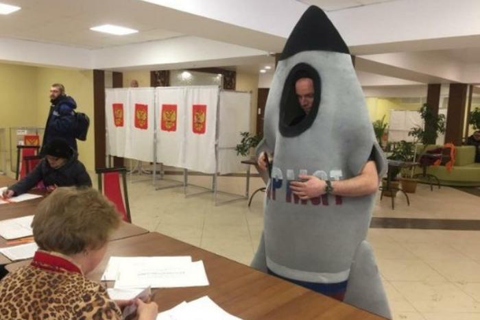 Голосование Петра I, рыцари с копьями, собаки и торговля ягодами: самые абсурдные фотографии с выборов в Петербурге