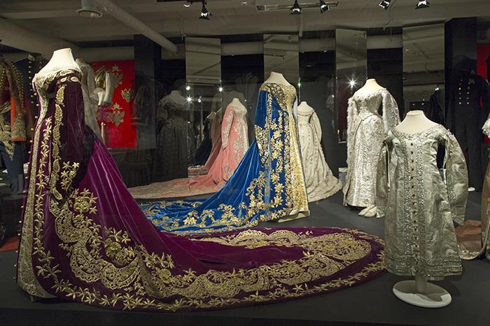 Эрмитаж откроет музей костюма. Что кроме царских нарядов там можно будет увидеть и почему из платьев Елизаветы Петровны шили облачения священников