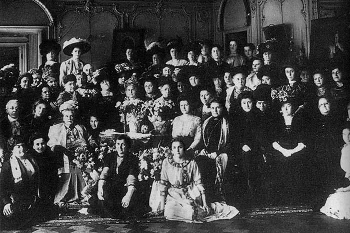 Как в Петербурге появились суфражистки, почему феминизм XIX века был элитарным и кто боролся за равноправие в СССР. Рассказывает историк феминизма