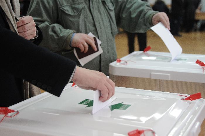 Оппозиционным депутатам МО «Новоизмайловское» выдали мандаты спустя почти год после победы на выборах. В день голосования с одного из участков сбежала комиссия