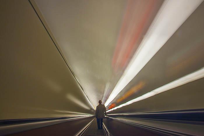 Почему в метро нет туалетов и урн, из-за чего поручень эскалатора движется быстрее ступенек и зачем нужны жетоны? Отвечает метрополитен