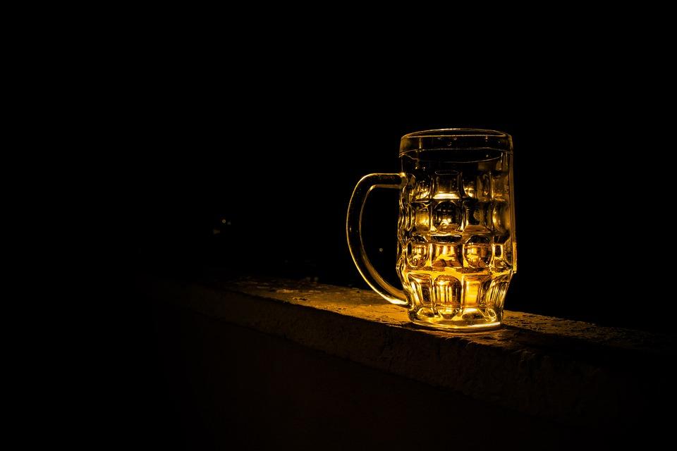 Пивные коктейли — новый тренд. Как правильно смешать пиво с ромом и джином, чтобы получилось вкусно, — объясняет бармен