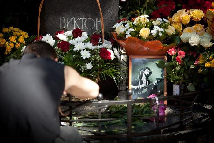 Двух петербуржцев обстреляли на могиле Цоя на Богословском кладбище