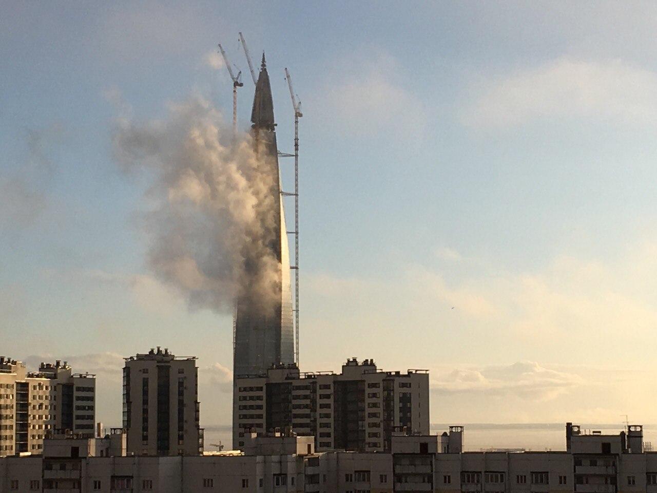 Петербуржцы сообщают о «дымящемся» «Лахта-центре»