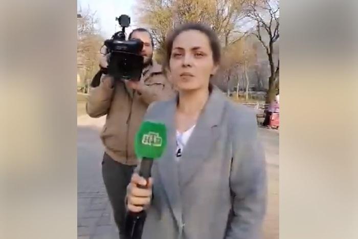 В Петербурге съемочная группа с микрофонами НТВ преследует правозащитниц и адвоката, которые защищают антифашистов