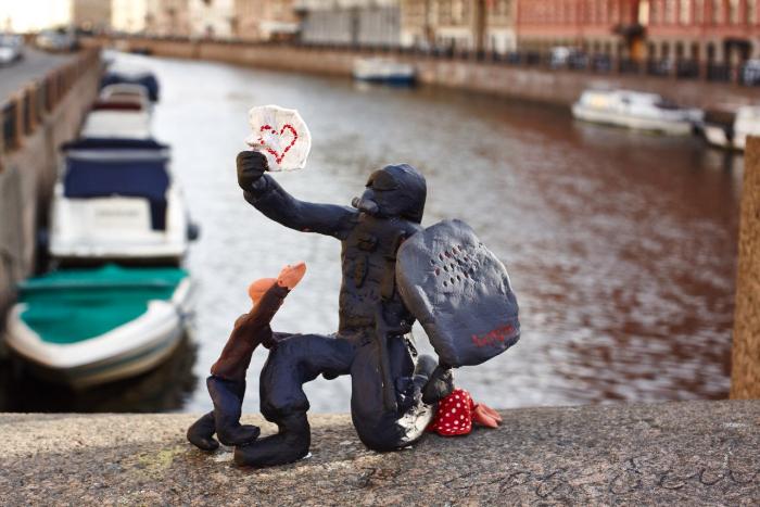 Сотрудник спецслужб читает чужое любовное послание: Hioshi установил на набережной Мойки арт-объект о блокировке Telegram
