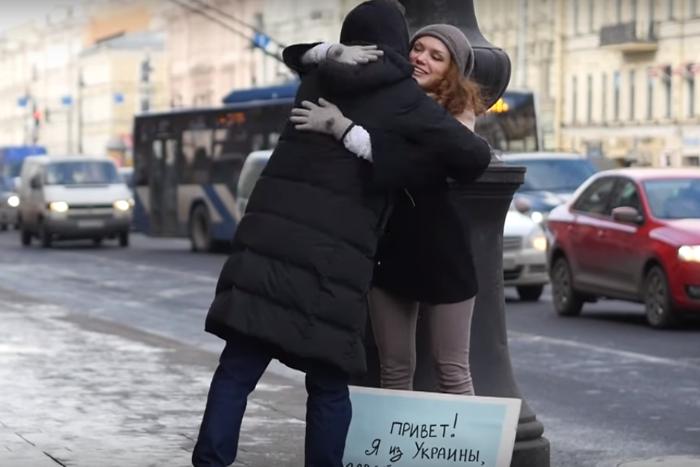 Видеоблогеры представлялись украинцами и предлагали петербуржцам обняться. Вот что из этого получилось