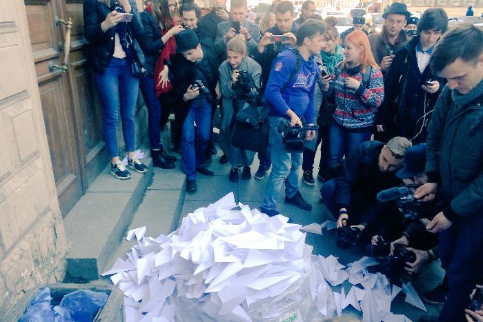 В Петербурге прошла акция протеста против блокировки Telegram. Активисты принесли к офису Роскомнадзора сотни бумажных самолетиков