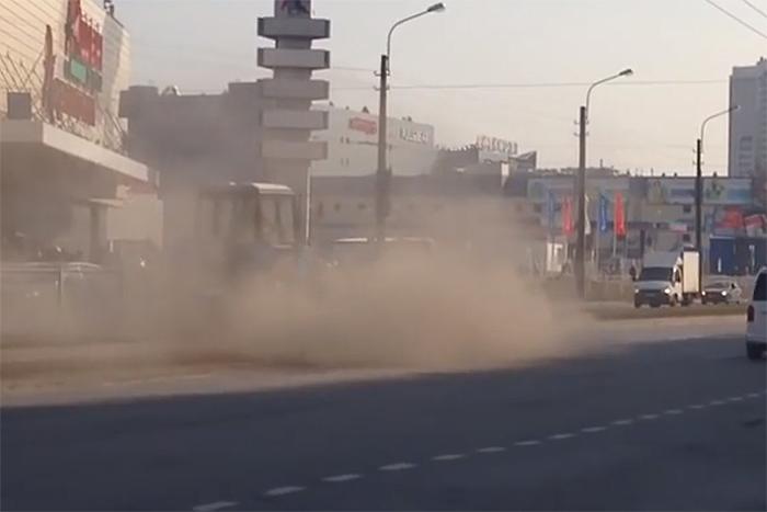 «И это не красивый утренний туман»: петербуржцы жалуются напыль в городе, которая покрыла дороги и летит в окна