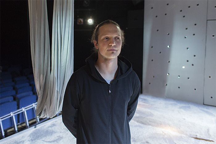 «Я наблюдаю, как люди танцуют на вечеринках»: хореограф Владимир Варнава — о моде на танец и о том, зачем смотреть современные постановки в классическом театре