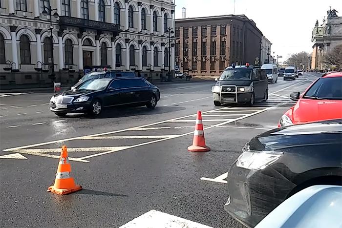 Почему приходится стоять в пробках, когда в Петербург приезжает Путин или Медведев, и законно ли перекрывать дороги для чиновников?