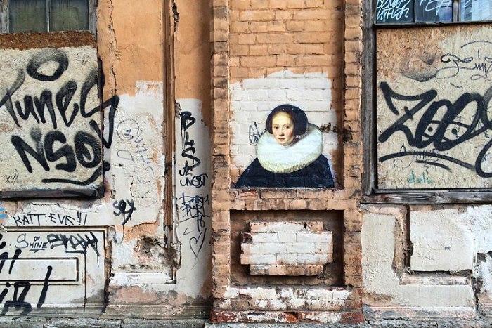 Портрет из Эрмитажа, скульптура встене и Птичий дворик. Угадайте, где находится этот стрит-арт вПетербурге