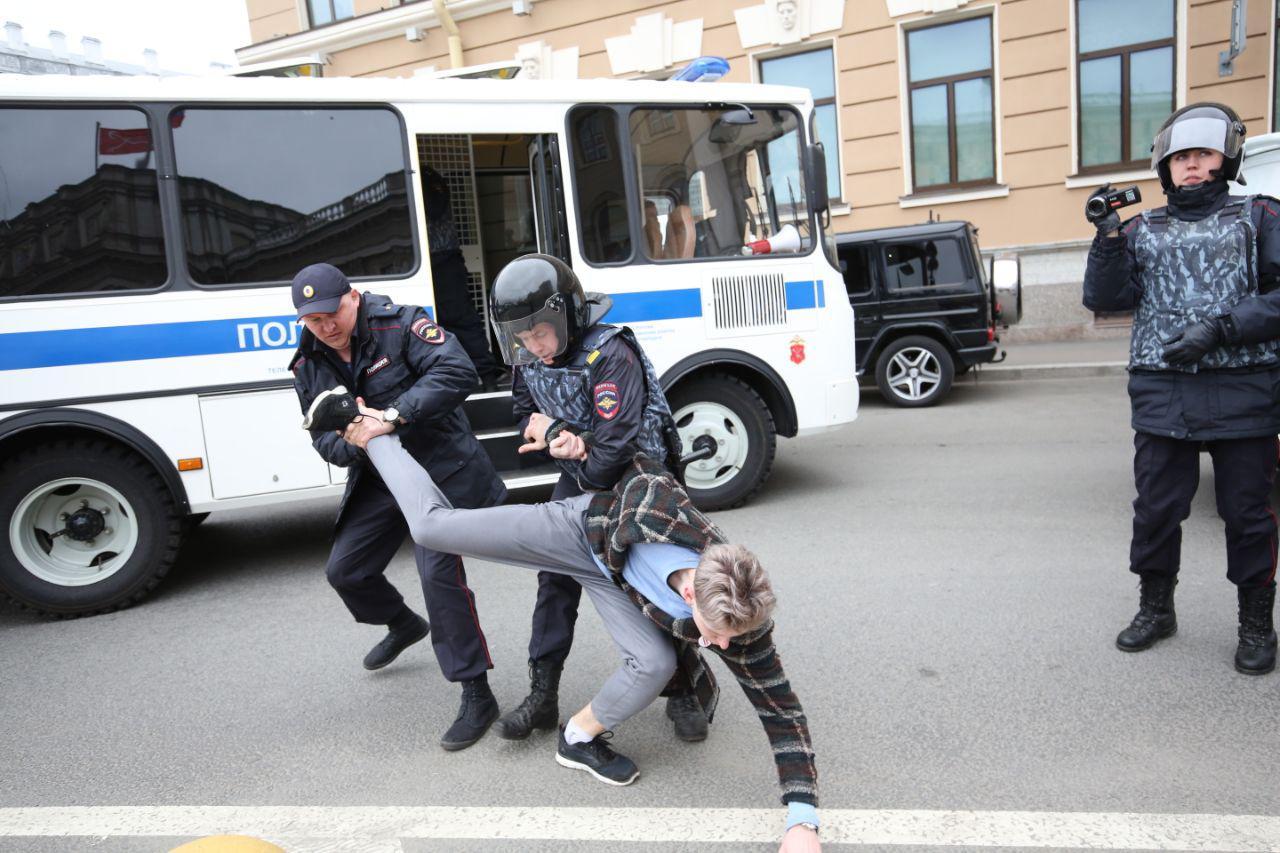 Задержанные на акции 5 мая в Петербурге получили штрафы примерно на 1 миллион рублей. Как им помочь и кто занимается сбором средств?
