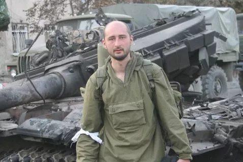 Журналист Аркадий Бабченко жив. Его гибель инсценировали для спецоперации. Опубликовано видео задержания предполагаемого заказчика убийства