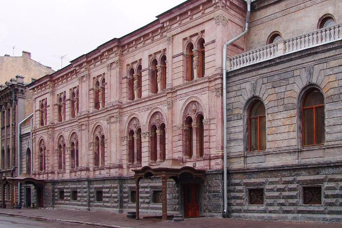 Полтавченко рассказал, что в бывшем здании ЕУ нашли грибок и коррозию металла. До этого он заявил, что вуз оставил дворец Кушелева-Безбородко в «безобразном состоянии»