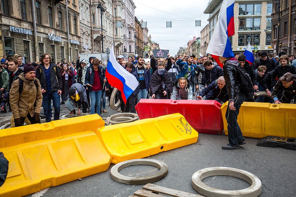 Шествие по Невскому, столкновение с ОМОНом и задержания у Исаакия: 23 фотографии с митинга «Он нам не царь» в Петербурге