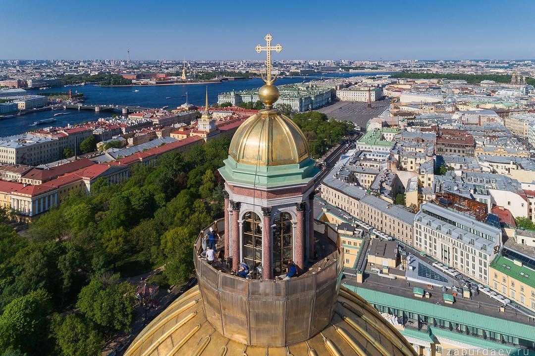С купола Исаакиевского собора сняли почти все леса. Полностью работы закончат к 27 мая