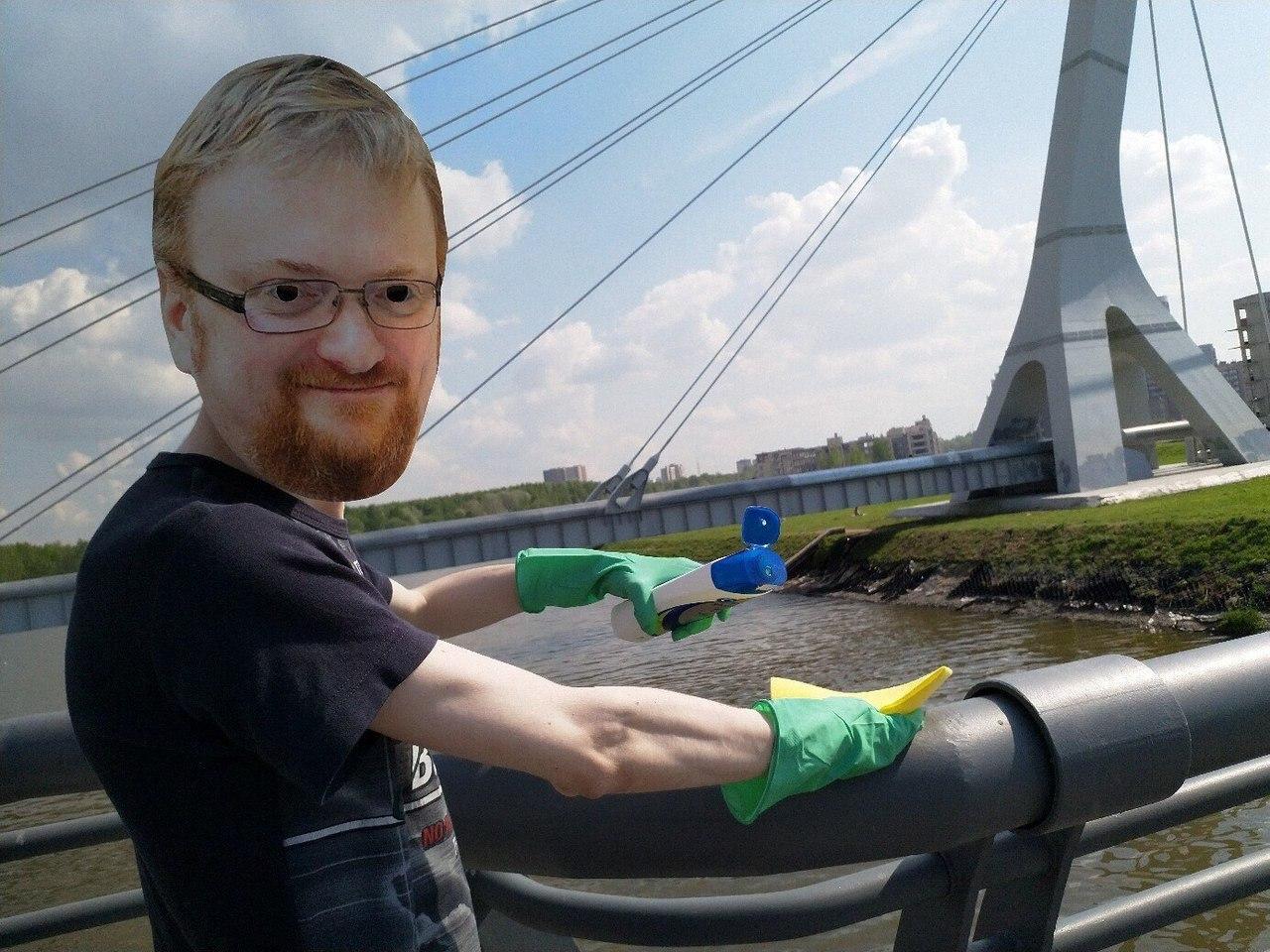 Активист в маске Милонова в День борьбы с гомофобией помыл с шампунем мост Кадырова. Год назад там прошла ЛГБТ-акция