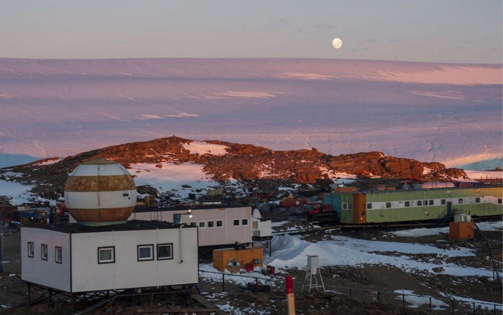 Петербуржец организовал первое шествие «Бессмертного полка» в Антарктиде