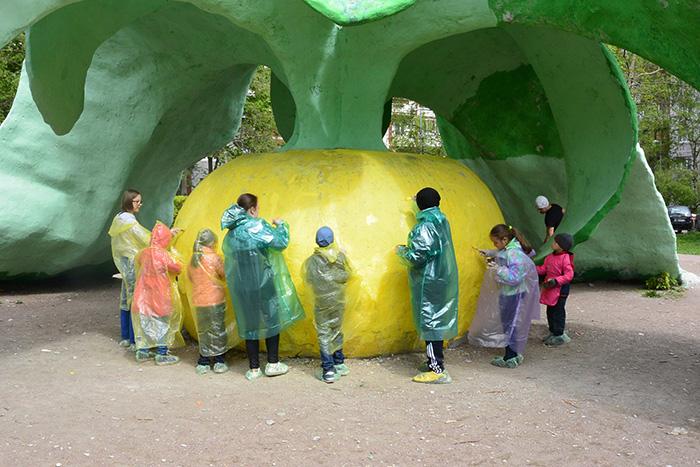 Каждый год петербуржцы собираются во дворах, чтобы покрасить скульптуры на детской площадке. Как соседский фестиваль вырос из пикника семейной пары икто на него приходит