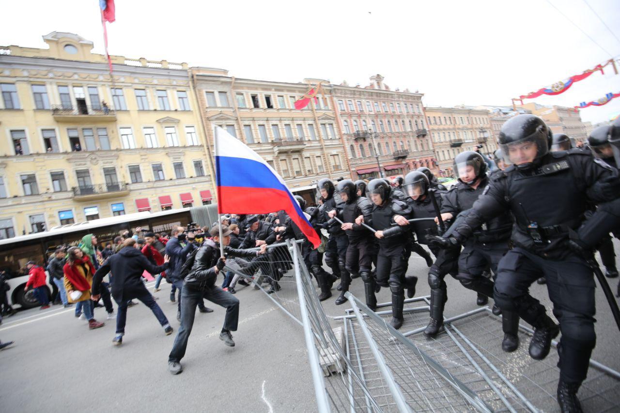 ОМОН рушит ограждение и бежит на протестующих с дубинками. Одно фото с митингующего Невского