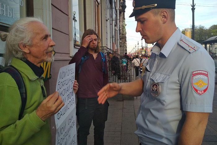 «Наше поколение боялось за детей и не рисковало — теперь их могут арестовать по любому поводу». Интервью с отцом Юлия Бояршинова, обвиненного по «делу антифашистов»
