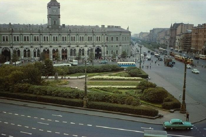 Посмотрите на Петербург, в котором напротив Гостиного двора — аллея, ауМосковского вокзала — сквер