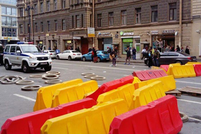 В центре Петербурга — подобие баррикад и полиция. Кто-то играет на гитаре. Одна фотография