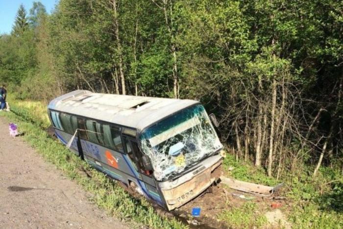 Экскурсионный автобус с детьми попал в ДТП под Псковом. Пострадали 10 человек