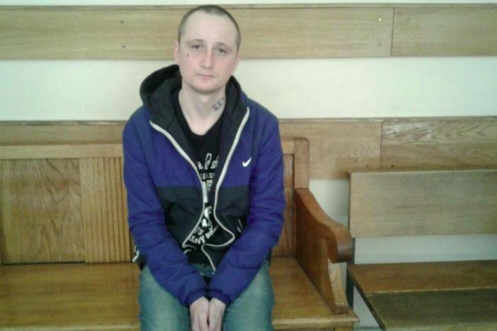 Петербуржца, которого подозревают в том, что он выбил зуб полицейскому, оштрафовали. После суда задержанного отвезли в СК