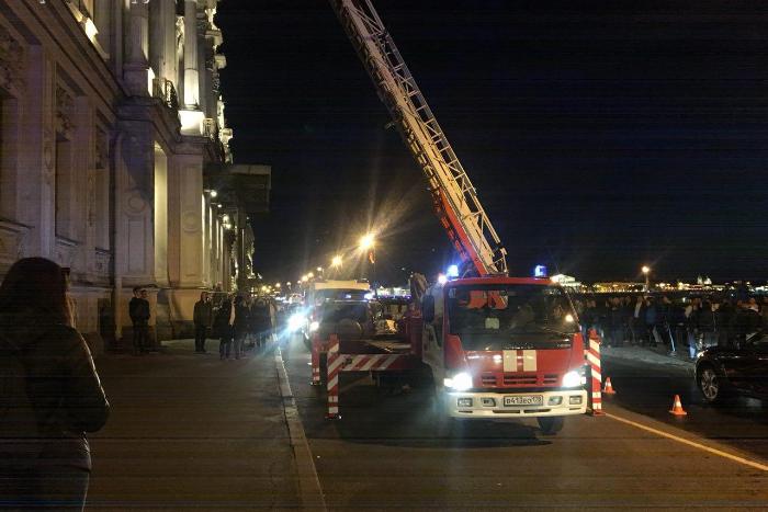 Петербурженка забралась на крышу здания на Дворцовой набережной, чтобы увидеть салют, и провалилась сквозь стекло. Ее госпитализировали