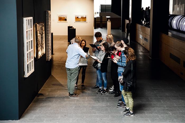 Как петербургские музеи адаптируют свои залы и выставки для людей с инвалидностью. Истории из Эрмитажа, Манежа, музея Ахматовой и Русского музея