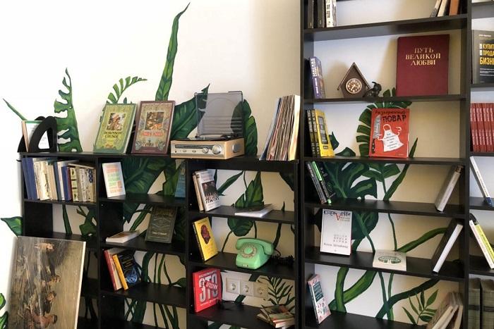 В Петербурге открылся книжный магазин, где показывают фильмы на видеомагнитофоне