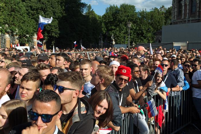 Сотни болельщиков смотрят матч Россия — Саудовская Аравия на Конюшенной площади. Одно фото