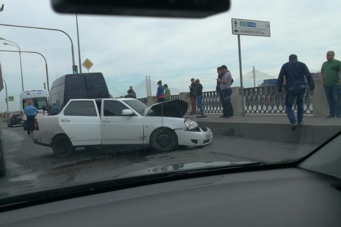 На Октябрьской набережной произошла массовая авария. В районе ДТП — пробка