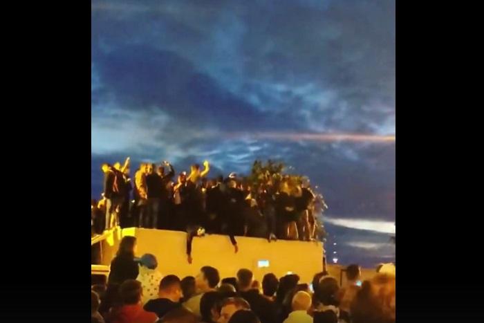 Желавшие посмотреть салют во время «Алых парусов» проломили крышу фургона
