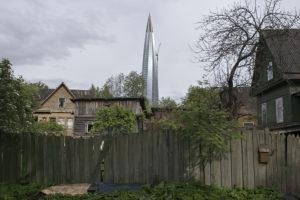 «Лахта Центр» стоит на фоне древней деревни. 462-метровая башня и избы — сюжет киберпанка. Посмотрите сами