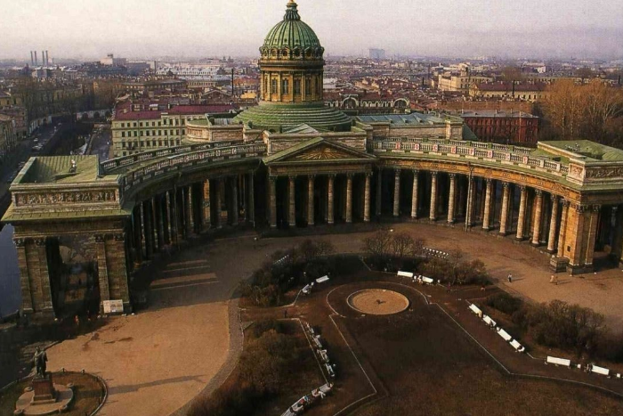 Начинается реставрация Казанского собора. Он простоит в «лесах» почти год