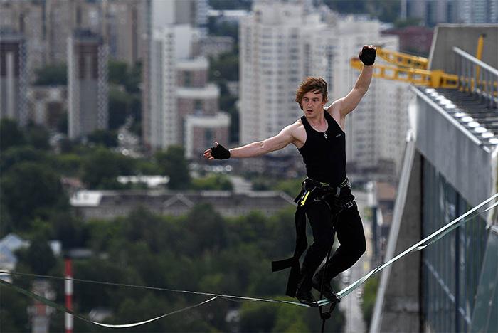 Как и зачем петербуржец ходит по веревке над Крюковым каналом, сценой БДТ и между 37-этажными высотками