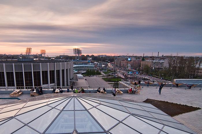 Восемь мест в Петербурге дляработы на свежем воздухе. Крыша свидом наИсаакий, набережная с шезлонгами икофейня в гроте