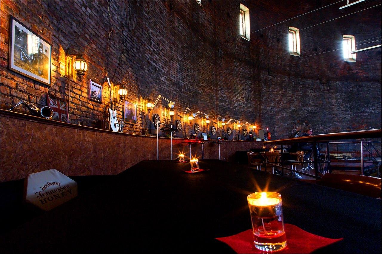 Винотека в парадной и 140-метровая барная стойка в Гостином дворе: 10 петербургских баров в неожиданных местах