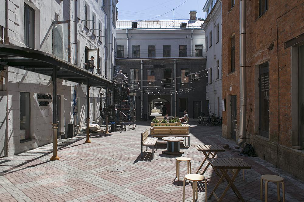Это «Бертгольд Центр» — креативное пространство с барами, магазинами и фестивалями. Как под него выкупили дореволюционное здание в центре Петербурга и на чем оно зарабатывает