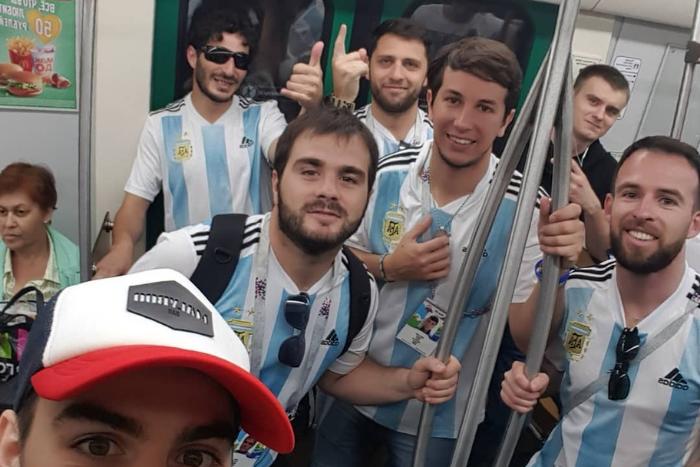 «Это Буэнос-Айрес?!»: безудержные аргентинцы поют и пляшут на Дворцовой, Крестовском и в метро перед решающим матчем своей сборной в Петербурге