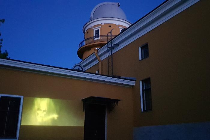 На стену Пулковской обсерватории спроецировали «черную метку» из книг о Гарри Поттере. Так активисты показали, что произошло «убийство» учреждения