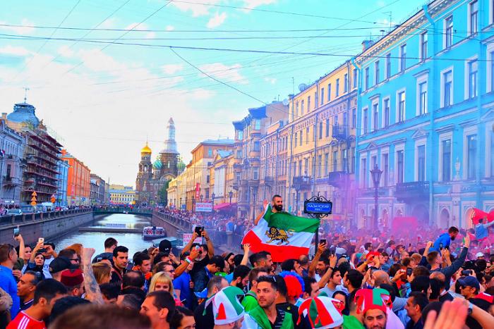 Футбольные болельщики захватили Петербург. Песни, пляски ибезумные костюмы — видео