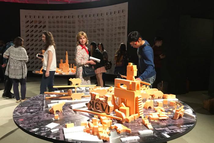 В «Манеже» открылась выставка о градостроительной истории Петербурга. Там представлены инсталляции о прошлом и будущем города