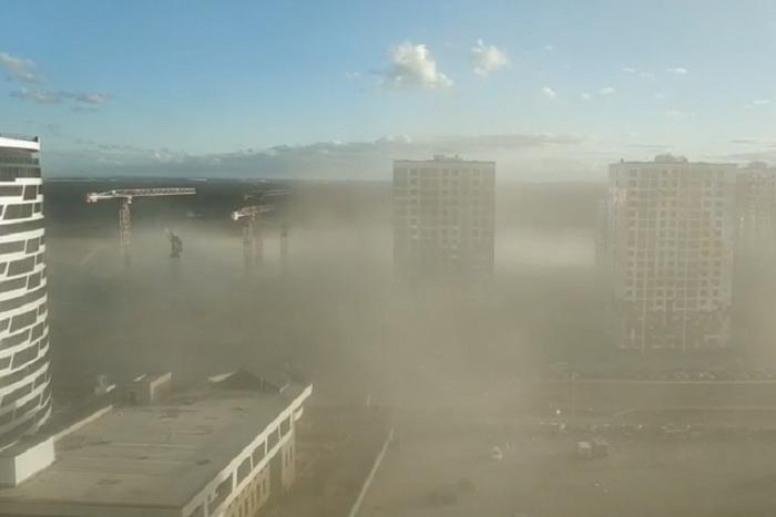 «Это не кадры из фильма-катастрофы»: намыв Васильевского острова накрыло пылью