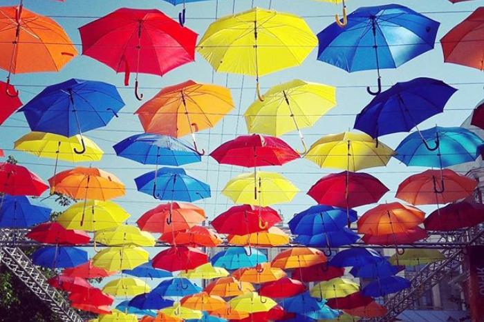 «Аллея парящих зонтиков» собирает средства для инсталляции в Соляном переулке. В этом году организаторы не нашли достаточно спонсорских денег